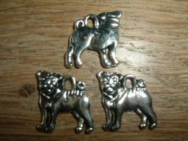 Leuke zilverkleurige metalen hangertje van een staand hondje