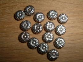 Mooie metalen kralen in de vorm van een klein bloemetje