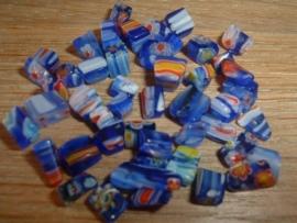 45 stuks blauwe millefiori chips kraaltjes 2-6 mm.