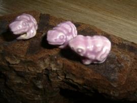 Mooie keramieke kralen in de vorm van een klein lichtpaars kikkertje