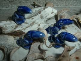 Mooie donkerblauwe kralen in de vorm van een toekan