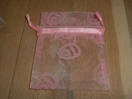 Mooie roze organza zakjes voor baby met roze opdruk 10 x 7,5 cm.
