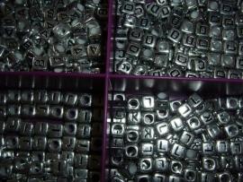 Mooie  zilverkleurige letterkralen in de vorm van een blokje.