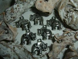 Mooie zilverkleurige hangertjes/bedeltjes van een olifantje