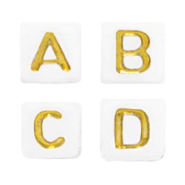 Witte letterkralen met gouden letters in de vorm van een blokje 5x5