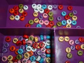 Mooie gekleurde cijferkralen met zwarte cijfers