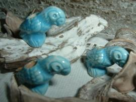 Mooie aquablauwe kralen in de vorm van een papegaai