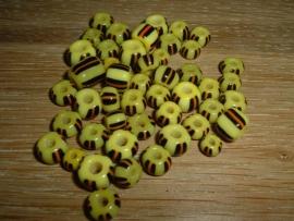 Kleine handelskraaltjes in geel met zwart en bruine streepjes