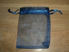 Mooie donkerblauwe organza zakjes 9 x 7 cm.