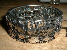 Mooie zilverkleurige metalen opengewerkte armband