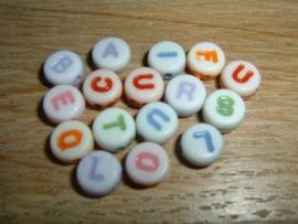 Mooie witte letterkralen met gekleurde letters