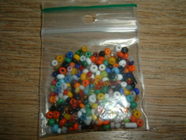 Zakje met 4 gram mooie kleine gekleurde kraaltjes