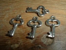 Mooie antique zilverkleurige hangertjes van een sleutel van 15 mm.