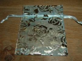 Mooie zachtblauwe organza zakjes met goudkleurige opdruk 9,5 x 7,5 cm.