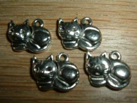 Leuke kleine zilverkleurige hangertjes van een liggend poesje