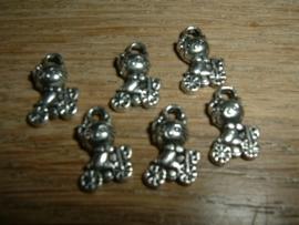 Leuke zilverkleurige mini bedeltjes van een poesje op de fiets