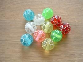 Mooie transparant gekleurde kralen in de vorm van een voetbal