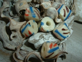 Mooie cremekleurige kralen met rood, blauw en bruin