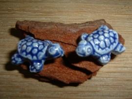 Mooie blauwe keramieke kralen in de vorm van een schildpadje