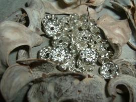 Mooie zilverkleurige spacers met kristalkleurige steentjes van 6 mm.