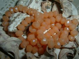 25 Stuks mooie Top Facet kralen in abrikoos beige opal van 6 x 4 mm.