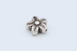 Mooie zilverkleurige kraal in de vorm van een bloem (T24)