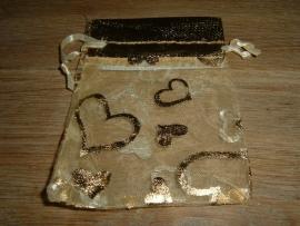 Mooie goudkleurige organza zakjes met grote hartjes 10,5 x 7,5 cm.