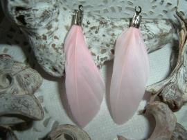 Mooie zacht roze veertjes van 4 cm.