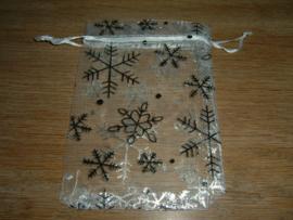 Mooie witte organza zakjes met ijskristallen 9,5 x 7,5 cm.