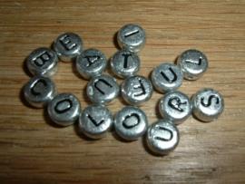 Mooie ronde zilverkleurige letterkralen
