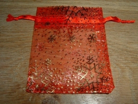 Mooie rode organza zakjes met ijskristallen