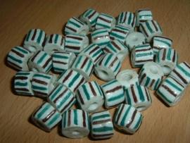 Mooie witte handelskralen met gekleurde streepjes