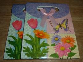 Mooie vrolijk gekleurde cadeautasjes met bloemen