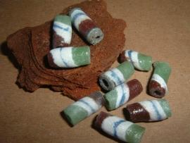 Glazen handelskralen in bruin, wit en groen