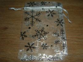 Mooie witte organza zakjes met ijskristallen 10 x 8 cm.