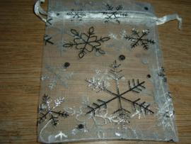 Mooie witte organza zakjes met ijskristallen 12 x 9 cm.