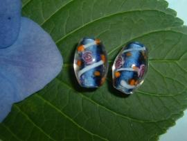 Transparante glaskralen met blauwe kern en een gekleurde versiering 15 mm.