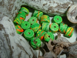 Mooie fel groene kralen met versiering