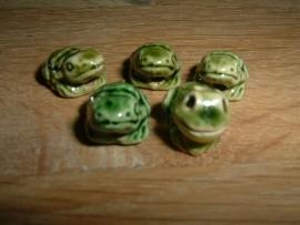 Mooie keramieke kralen in de vorm van een donkergroen kikkertje