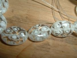 Mooie ovale transparant met witte millefiori kralen