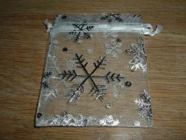 Mooie witte organza zakjes met ijskristallen 8 x 5,5 cm.