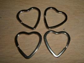 Mooie zilverkleurige sleutelhangers in de vorm van een hart