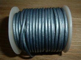 Rond DQ leerkoord van 2 mm. in een mooie poederblauwe metallic kleur