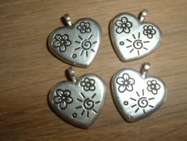 Mooie metalen hangertjes in de vorm van een hartje