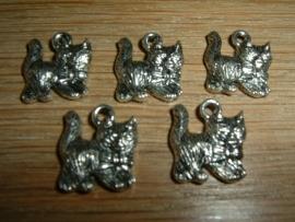 Leuke kleine zilverkleurige hangertjes van een poesje