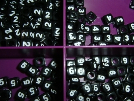 Mooie zwarte cijferkralen met witte cijfers in de vorm van een blokje