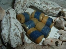Mooie okergele met blauwe kralen