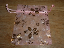 Mooie roze organza zakjes met goudkleurige bloemen 11 x 8,5cm.