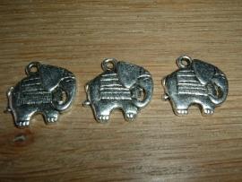 Mooie zilverkleurige hangertjes in de vorm van een olifant
