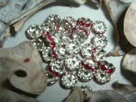 Mooie zilverkleurige spacers met fuchsia steentjes van 6 mm.